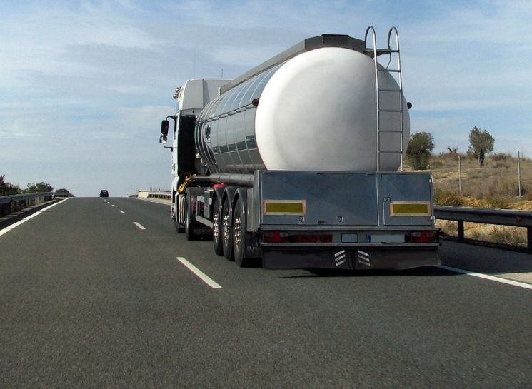 caminhão tanque na rodovia