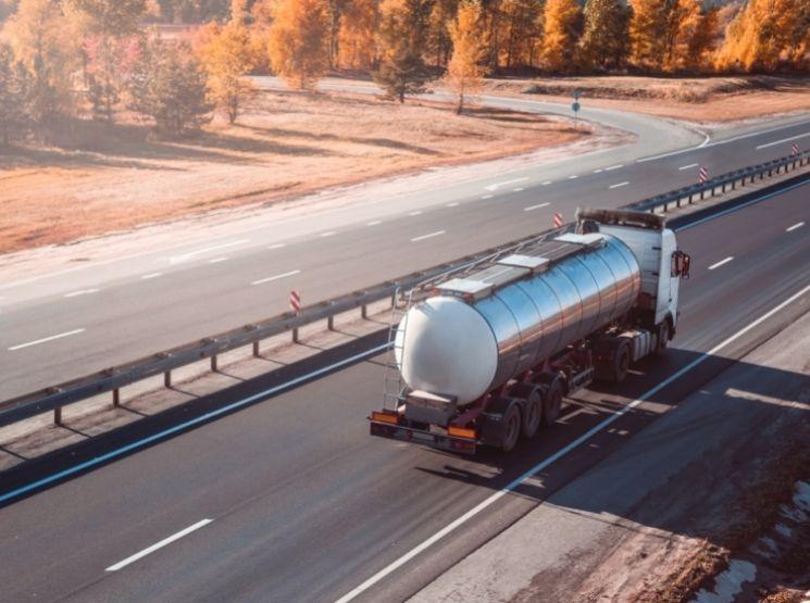 caminhão tanque transportando combustível