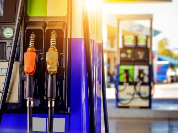 tanques de gasolina em um posto - receber combustível